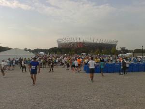 Варшавский полумарафон. Бегуны на фоне стадиона