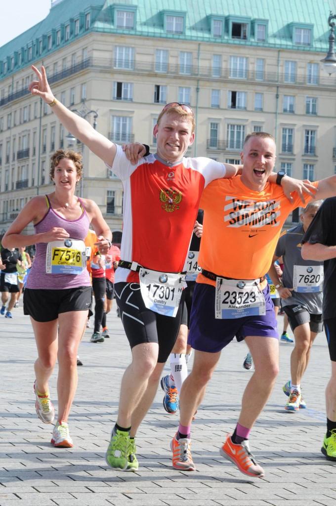 Незадолго до финиша, перед Бранденбургскими воротами. Фотография, которую я назвал «два дебила — это сила». :-)
